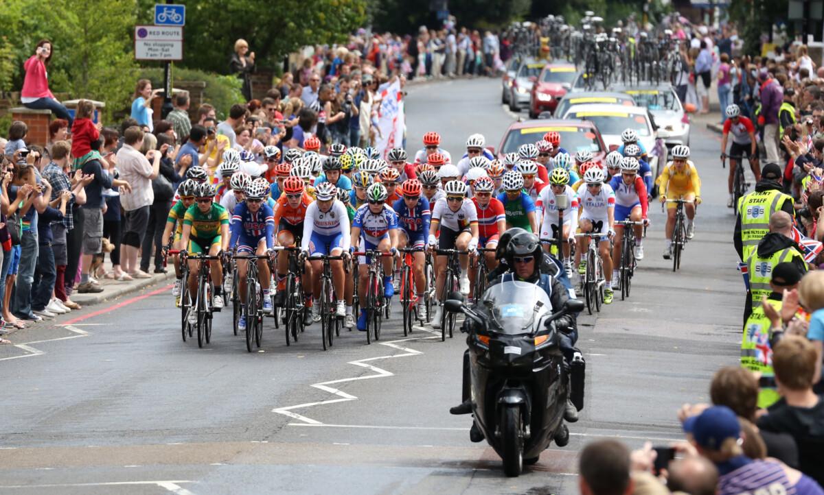 Pelotón de mujeres ciclistas