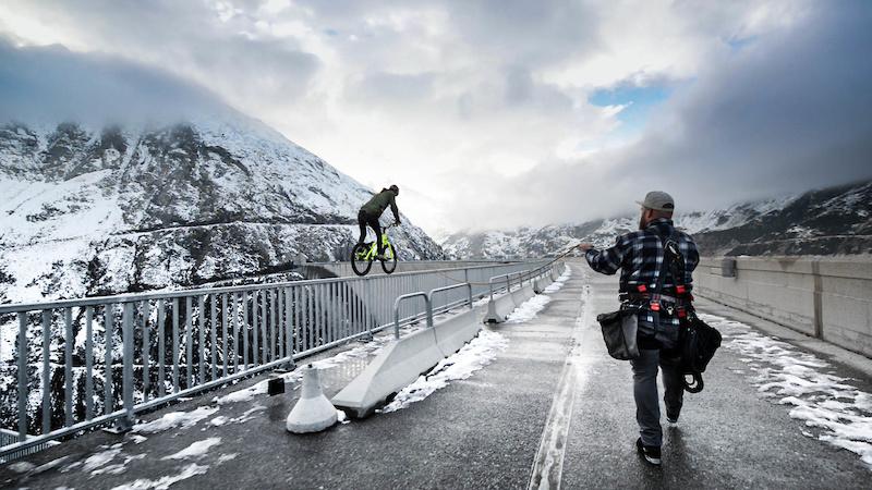 Fabio Wibmer rodando en la presa